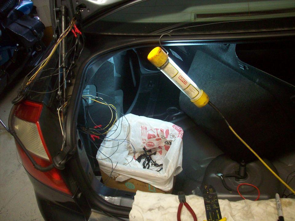 Audi_B6_A4_trunk_lid_wires.JPG